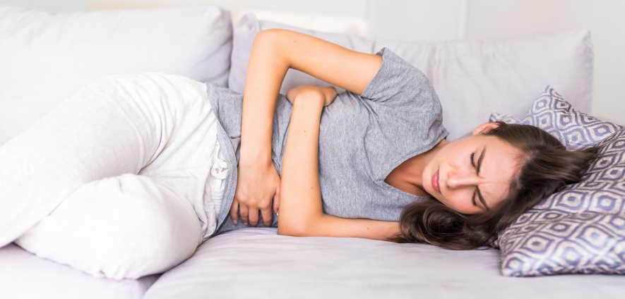 giovane donna dolorante per endometriosi